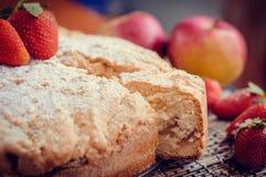 Πίτα της Apple με τις φράουλες Στοκ φωτογραφία με δικαίωμα ελεύθερης χρήσης