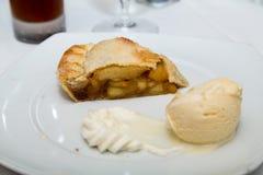 Πίτα της Apple με τον πάγο και την κτυπημένη κρέμα Στοκ εικόνες με δικαίωμα ελεύθερης χρήσης