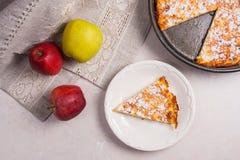 Πίτα της Apple με τους νωπούς καρπούς στο ελαφρύ μαρμάρινο υπόβαθρο Στοκ φωτογραφία με δικαίωμα ελεύθερης χρήσης