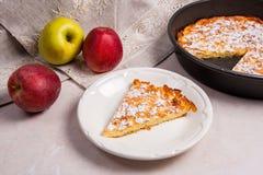 Πίτα της Apple με τους νωπούς καρπούς στο ελαφρύ μαρμάρινο υπόβαθρο Στοκ Εικόνες