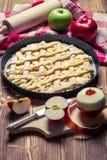 Πίτα της Apple με τους φρέσκους τεμαχισμένους καρπούς Στοκ εικόνες με δικαίωμα ελεύθερης χρήσης