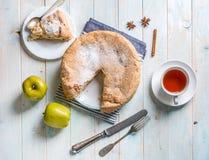 Πίτα της Apple με το κομμάτι που κόβεται, topshot Στοκ εικόνες με δικαίωμα ελεύθερης χρήσης