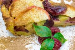 Πίτα της Apple με το κόκκινο σμέουρο, πίτα φρούτων clafoutis Στοκ εικόνες με δικαίωμα ελεύθερης χρήσης