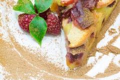 Πίτα της Apple με το κόκκινο σμέουρο, πίτα φρούτων clafoutis Στοκ Φωτογραφίες