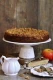 Πίτα της Apple με το λούστρο ξύλων καρυδιάς και ζάχαρης Στοκ Εικόνες
