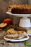 Πίτα της Apple με το λούστρο ξύλων καρυδιάς και ζάχαρης Στοκ Φωτογραφία