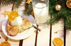 Πίτα της Apple με το παγωτό και το γάλα Στοκ Εικόνες
