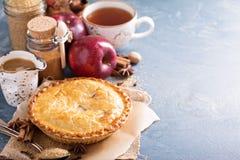 Πίτα της Apple με το σιρόπι και την κανέλα καραμέλας Στοκ φωτογραφίες με δικαίωμα ελεύθερης χρήσης
