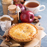 Πίτα της Apple με το σιρόπι και την κανέλα καραμέλας Στοκ φωτογραφία με δικαίωμα ελεύθερης χρήσης