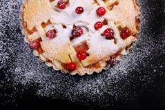 Πίτα της Apple με το το βακκίνιο στο μαύρο πίνακα Στοκ εικόνα με δικαίωμα ελεύθερης χρήσης