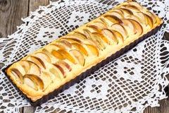 Πίτα της Apple με το τυρί και τα ροδάκινα εξοχικών σπιτιών Στοκ εικόνες με δικαίωμα ελεύθερης χρήσης