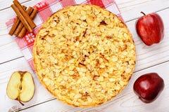 Πίτα της Apple με το τυρί κρέμας και αμύγδαλο στο άσπρο ξύλινο υπόβαθρο Στοκ φωτογραφία με δικαίωμα ελεύθερης χρήσης