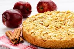 Πίτα της Apple με το τυρί κρέμας και αμύγδαλο στο ξύλινο υπόβαθρο Στοκ Φωτογραφίες