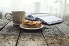 Πίτα της Apple με το φλιτζάνι του καφέ στον πίνακα Στοκ Εικόνα