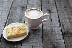 Πίτα της Apple με το φλιτζάνι του καφέ στον πίνακα Στοκ φωτογραφία με δικαίωμα ελεύθερης χρήσης