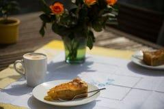 Πίτα της Apple με το cappuccino στον πίνακα κήπων Στοκ Εικόνα