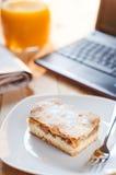 Πίτα της Apple με το netbook για το μεσημεριανό γεύμα Στοκ φωτογραφία με δικαίωμα ελεύθερης χρήσης