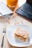 Πίτα της Apple με το netbook για το μεσημεριανό γεύμα Στοκ Εικόνες