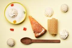 Πίτα της Apple με marshmallows και τις καραμέλες Στοκ εικόνα με δικαίωμα ελεύθερης χρήσης