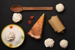 Πίτα της Apple με marshmallows και τις καραμέλες Στοκ εικόνες με δικαίωμα ελεύθερης χρήσης