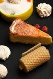 Πίτα της Apple με marshmallows και τις καραμέλες Στοκ Φωτογραφίες