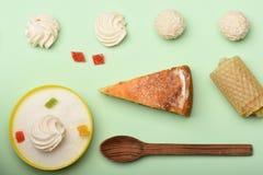 Πίτα της Apple με marshmallows και τις καραμέλες Στοκ Εικόνες