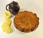 Πίτα της Apple με teapot Στοκ φωτογραφία με δικαίωμα ελεύθερης χρήσης