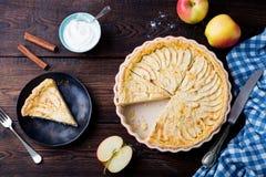 Πίτα της Apple, ξινή σε ένα ξύλινο υπόβαθρο Τοπ όψη Στοκ φωτογραφίες με δικαίωμα ελεύθερης χρήσης