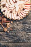 Πίτα της Apple ξινή στο αγροτικό ξύλινο υπόβαθρο Συστατικά - μήλα και κανέλα Τοπ όψη Στοκ φωτογραφίες με δικαίωμα ελεύθερης χρήσης