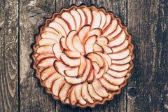 Πίτα της Apple ξινή στο αγροτικό ξύλινο υπόβαθρο Συστατικά - μήλα και κανέλα Τοπ όψη Στοκ εικόνα με δικαίωμα ελεύθερης χρήσης