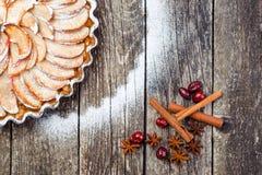 Πίτα της Apple ξινή στο αγροτικό ξύλινο υπόβαθρο Συστατικά - μήλα και κανέλα Τοπ όψη Στοκ εικόνες με δικαίωμα ελεύθερης χρήσης