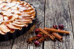 Πίτα της Apple ξινή στο αγροτικό ξύλινο υπόβαθρο Τοπ όψη Στοκ Φωτογραφία