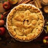 Πίτα της Apple που διακοσμείται με τα φύλλα πτώσης Στοκ φωτογραφίες με δικαίωμα ελεύθερης χρήσης