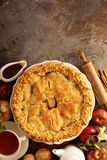 Πίτα της Apple που διακοσμείται με τα φύλλα πτώσης Στοκ εικόνα με δικαίωμα ελεύθερης χρήσης