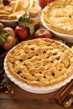 Πίτα της Apple που διακοσμείται με το δικτυωτό πλέγμα Στοκ Εικόνα