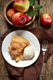 Πίτα της Apple που εξυπηρετείται με το παγωτό Στοκ Εικόνες
