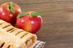 Πίτα της Apple που διακοσμείται με 2 μήλα Στοκ Φωτογραφίες
