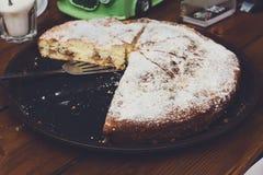 Πίτα της Apple που κόβεται στα κομμάτια μερίδας στην πώληση τροφίμων οδών Στοκ εικόνα με δικαίωμα ελεύθερης χρήσης