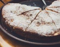 Πίτα της Apple που κόβεται στα κομμάτια μερίδας στην πώληση τροφίμων οδών Στοκ φωτογραφίες με δικαίωμα ελεύθερης χρήσης