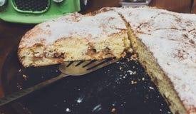 Πίτα της Apple που κόβεται στα κομμάτια μερίδας στην πώληση τροφίμων οδών Στοκ εικόνες με δικαίωμα ελεύθερης χρήσης