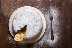 Πίτα της Apple που ξεσκονίζεται με τη ζάχαρη τήξης Στοκ φωτογραφίες με δικαίωμα ελεύθερης χρήσης