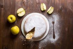 Πίτα της Apple που ξεσκονίζεται με τη ζάχαρη τήξης Στοκ φωτογραφία με δικαίωμα ελεύθερης χρήσης