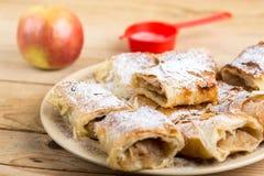 Πίτα της Apple που τεμαχίζεται στο πιάτο με την κονιοποιημένη ζάχαρη Στοκ Φωτογραφία