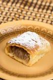 Πίτα της Apple που τεμαχίζεται στο πιάτο με την κονιοποιημένη ζάχαρη Στοκ εικόνα με δικαίωμα ελεύθερης χρήσης