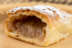 Πίτα της Apple που τεμαχίζεται στο πιάτο με την κονιοποιημένη ζάχαρη Στοκ Εικόνες