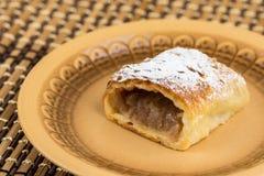 Πίτα της Apple που τεμαχίζεται στο πιάτο με την κονιοποιημένη ζάχαρη Στοκ φωτογραφία με δικαίωμα ελεύθερης χρήσης
