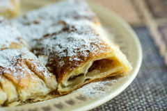 Πίτα της Apple που τεμαχίζεται στο πιάτο με την κονιοποιημένη ζάχαρη Στοκ Φωτογραφίες
