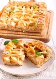 Πίτα της Apple, που τεμαχίζεται στο πιάτο Στοκ Εικόνες