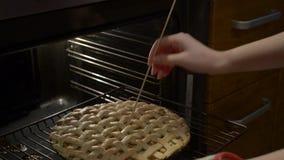 Πίτα της Apple που ψήνει τον ανοικτό έλεγχο φούρνων εάν η έτοιμη διαδικασία δοκιμής ενθέτων οβελιδίων γίνοντη οδοντογλυφίδα κοντά απόθεμα βίντεο