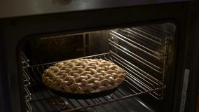 Πίτα της Apple που ψήνει τον ανοικτό έλεγχο φούρνων εάν η έτοιμη στενή διαδικασία κοιτάζει απόθεμα βίντεο